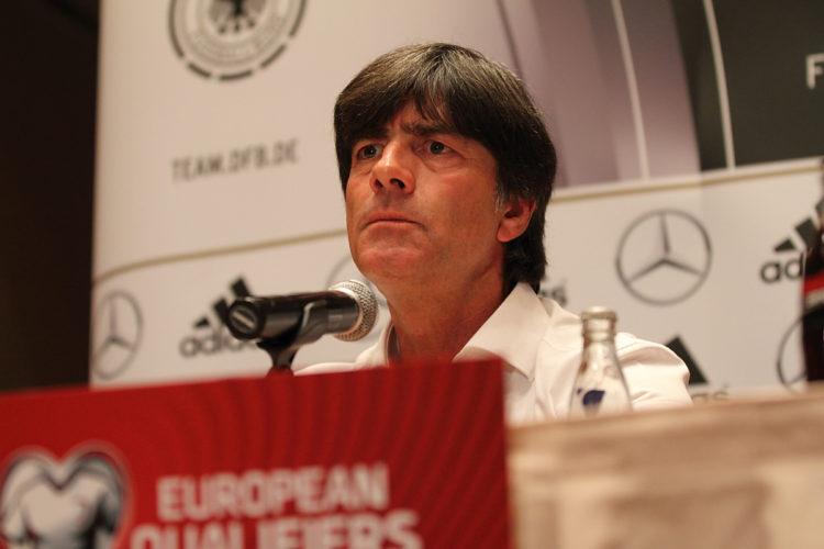 Joachim Löw bei einer Pressekonferenz im Rahmen der European Qualifiers zur WM 2018 (Tomasz Bidermann / Shutterstock.com)