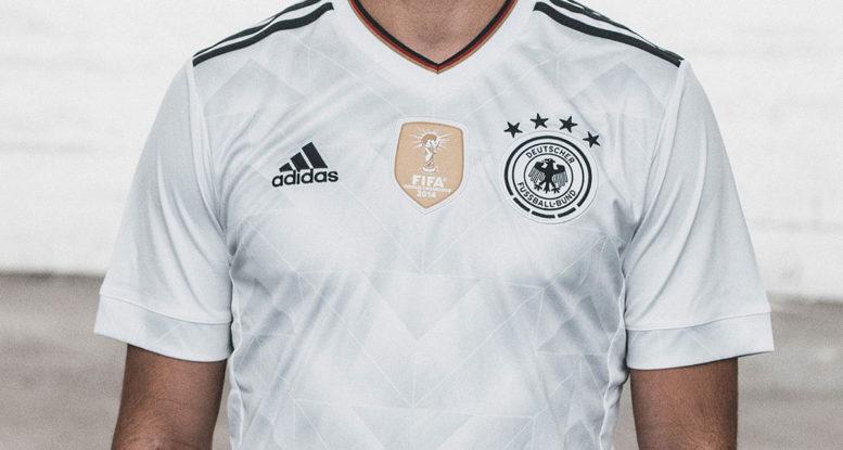 Das neue Confed Cup Trikot mit Weltmeister Badge. Vielen Fans sind die neuen Trikots bisher gar nicht aufgefallen, schade eigentlich! Ein gutes neues Design. Photo: Adidas Presse.