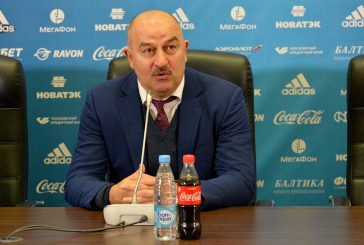 Russlands Cheftrainer Stanislav Tschertschessow. Shutterstock
