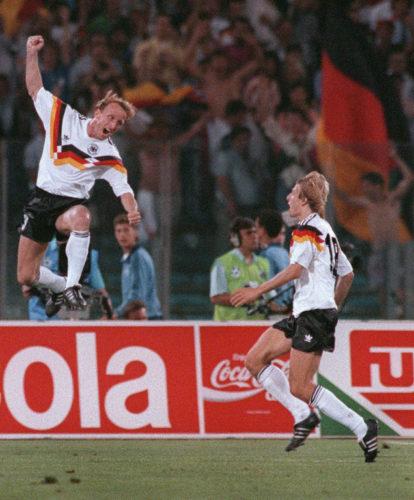 Andreas Brehme (L) und Juergen Klinsmann feiern nach dem 1:0 Elfmeter im Finale 1990. AFP PHOTO/GEORGES GOBET
