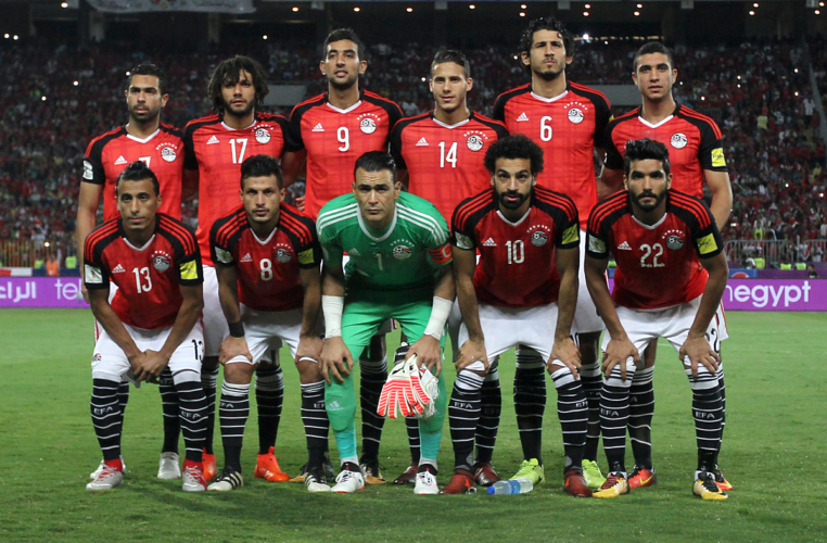 Ägyptens Nationalmannschaft im Congo at the Borg el-Arab stadium in Alexandria am 8.Oktober 2017 - auf dem Trikot sind über dem Verbandslogo nicht weniger als 7 Meistersterne angebracht. / AFP PHOTO / Mohamed El-Shahed