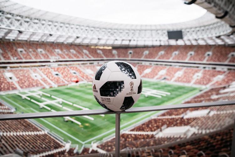 Mit dem Telstar 18, dem neuen Spielball der Fußball WM 2018, wird die Vorrunde gespielt. (Foto adidas)