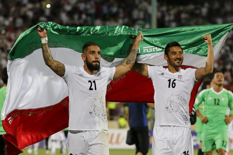 Iran's Ashkan Dejagah (L) und Reza Ghoochannejad (R) feiern die WM-Qualifikation / AFP PHOTO / ATTA KENARE