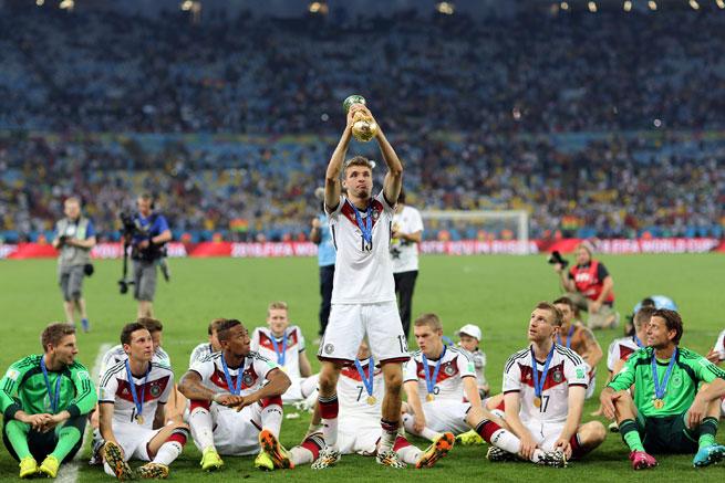 Deutschlands Mannschaft mit dem WM Pokal nach dem Finalsieg von 2014. Photo: Shutterstock!