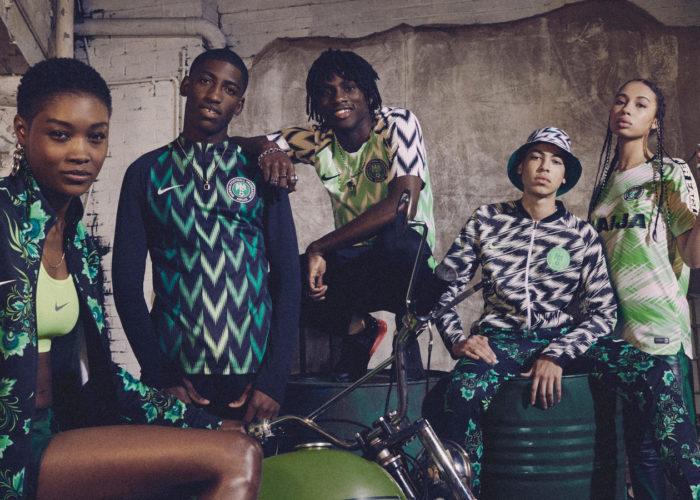 Die neuen Nike Trikots von Nigeria – In der Mitte das helle Heimtrikot, links davon das Auswärtstrikot in schwarz und grün.