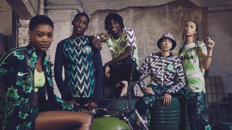 Die neuen Nike Trikots von Nigeria - In der Mitte das helle Heimtrikot, links davon die Aufwärmjacke in schwarz und grün.