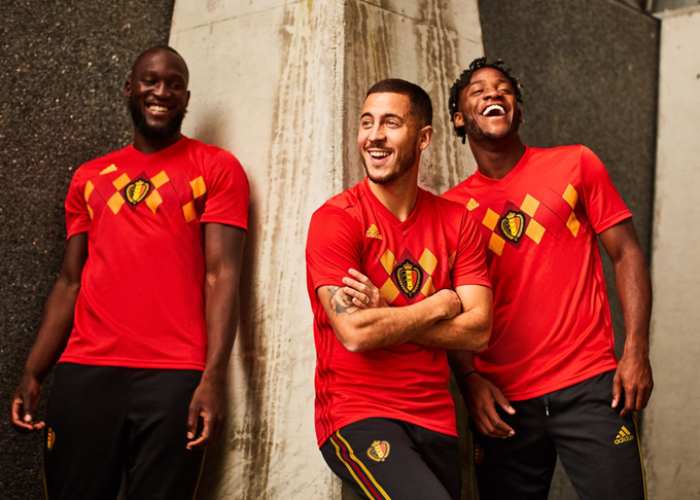 V.Ln.R.: Romelu Lukaku, Eden Hazard und Michy Batshuayi beim Fotoshooting für das neue Trikot von Belgien.