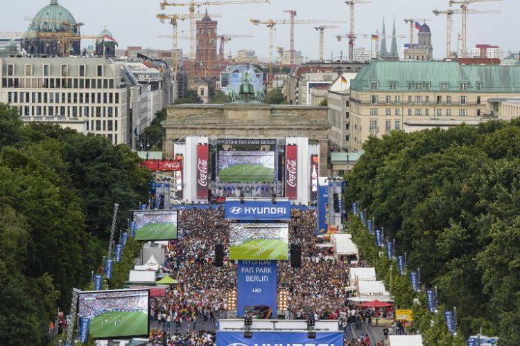 Wird es auch zur Fußball WM 2018 Public Viewing in Berlin geben? AFP PHOTO / CLEMENS BILAN