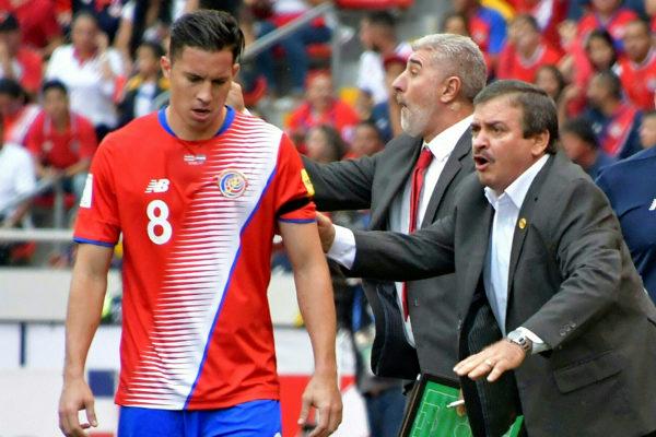 Costa Ricas Trainer Oscar Ramirez (R). Copyright: AFP.
