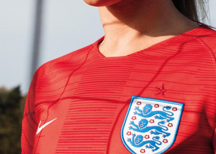 Das Away Trikot von England ist rot.