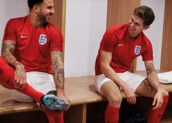 Die neuen Awaytrikots von England sind rot und kommen von nike.