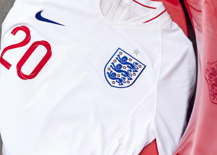 Das Heim Trikot von England ist weiß.
