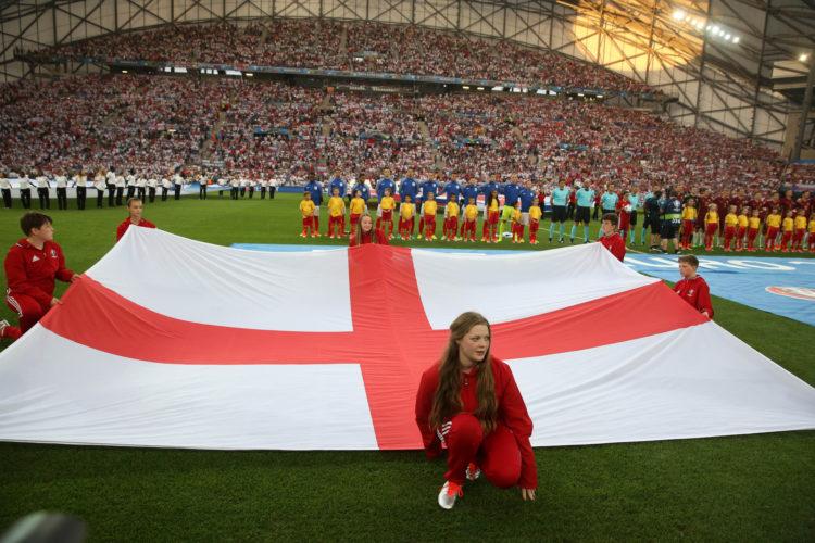 Flagge Englands vor dem Spiel der Mannschaft bei der EM 2016 in Marseille, Frankreich. Photo: Shutterstock!