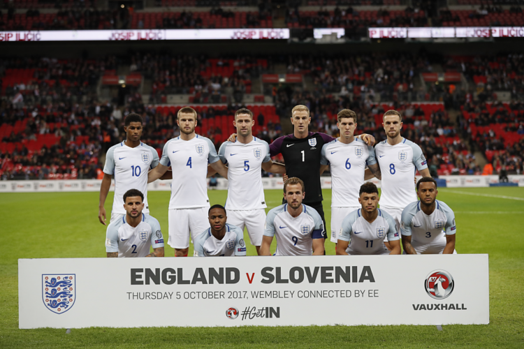 Englands Startaufstellung vor dem WM-Qualifikationsspiel gegen die Mannschaft aus Slowenien in Wembley, London am 5. Oktober 2017. / AFP PHOTO / Adrian DENNIS / NOT FOR MARKETING OR ADVERTISING USE / RESTRICTED TO EDITORIAL USE