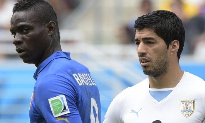 Luis Suarez (R) und Mario Balotelli (L) beim Spiel Italien – Uruguay bei der WM 2014. AFP PHOTO/ DANIEL GARCIA
