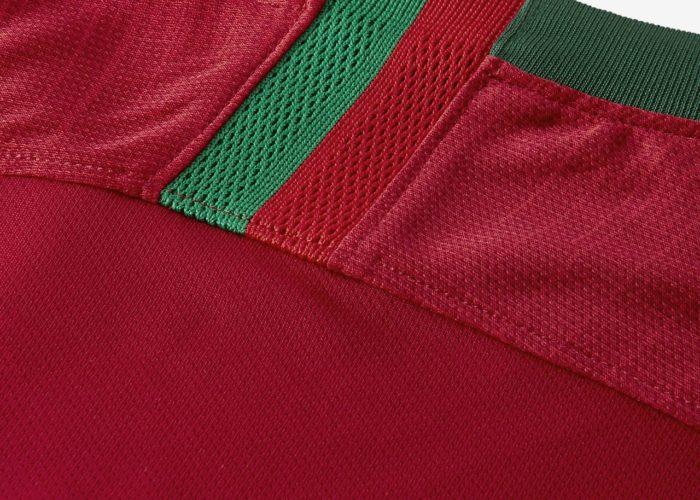 Die Fahne Portugals im Nacken des WM 2018 Heimtrikots.