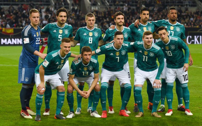 Die deutsche Startaufstellung am 23.März 2018 gegen Spanien in Düsseldorf im neuen grünen DFB Away Trikot von Adidas – (hinten) ter stegen, hummels, Kroos, Hector, Khedira, Boateng (vorne) Kimmich, Müller, Draxler, Werner, Özil (Foto AFP)
