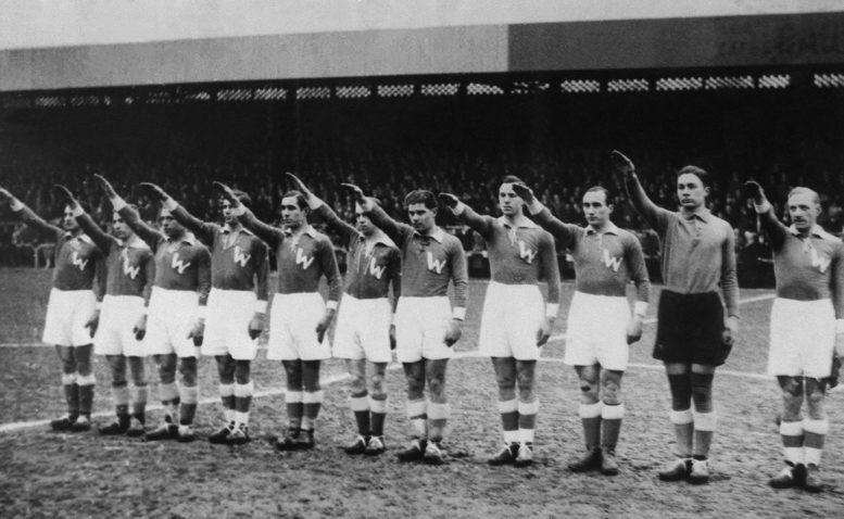 """Die deutsche Nationalmannschaft i grünen Trikots mit einem goßen """"W"""" und dem Nazigruss im Februar 1934. / AFP PHOTO / STAFF"""