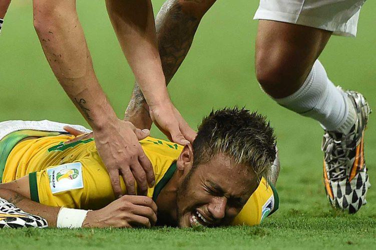 Brasiliens Neymar ist wieder verletzt und fällt lange aus - erinnern wir uns an die WM 2014 in Brasilien, als er im Viertelfinale gegen Kolumbien vom Platz getragen werden musste. (Foto AFP)