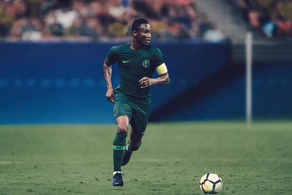 Das neue Away Trikot von Nigeria an ihrem Kapitän Jon Obi Mikel.