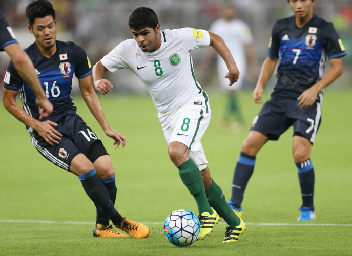 Saudi Arabiens Yahia Alshehri (C) kämpft gegen Japans Hotaru Yamaguchi (L) und seinen Teamkameraden Shibasaki Gacu um den Ball während der FIFA WM 2018 Quali. King Abdullah bin Abdulaziz Stadiom in Jeddah am 5. September 2017. / AFP PHOTO / STR
