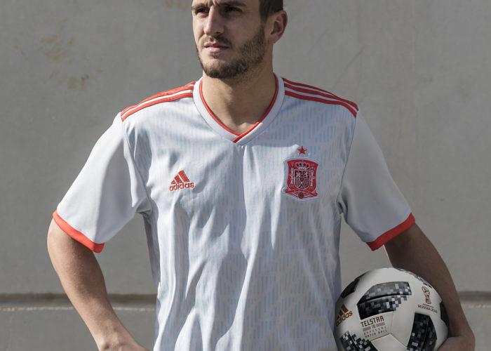 Das neue Spanien Away Trikot ist in der Grundfarbe weiß mit blauen vertikalen Streifen. (Foto Adidas)