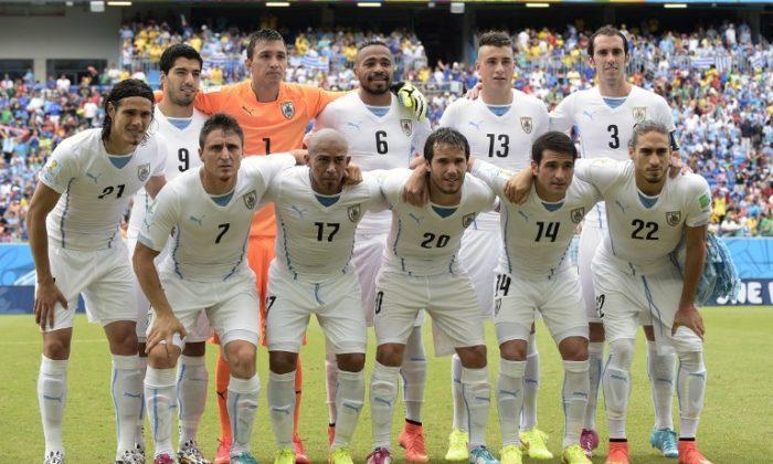 Uruguay in ihrem weißen Away-Trikot bei der letzten Weltmeisterschaft in Brasilien. AFP PHOTO/ DANIEL GARCIA