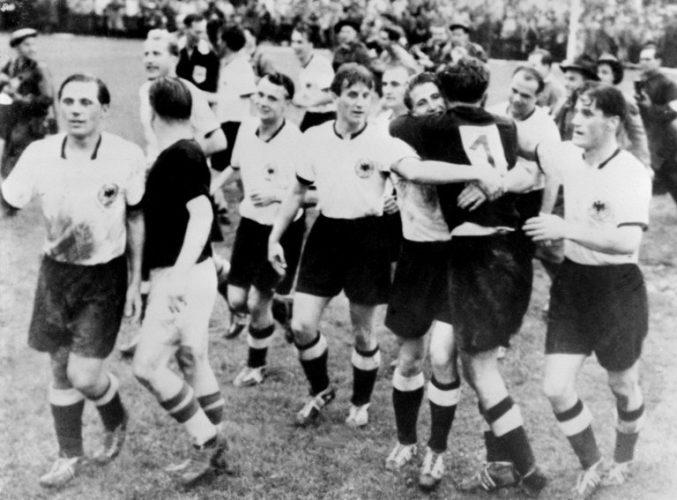 Deutschland gewinnt beim Wunder von Bern gegen Ungarn die Fußball-Weltmeisterschaft 1954 (Foto AFP)