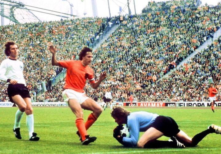 Torwart Sepp Maier fängt den Ball vor dem Holländer Johan Cruyff, Franz Beckenbauer kommt zu spät im WM-Finale 1974. Deutschland schlägt mit 2:1 die niederlande und wird nach 1954 das zweite Fußball-Weltmeister. AFP PHOTO