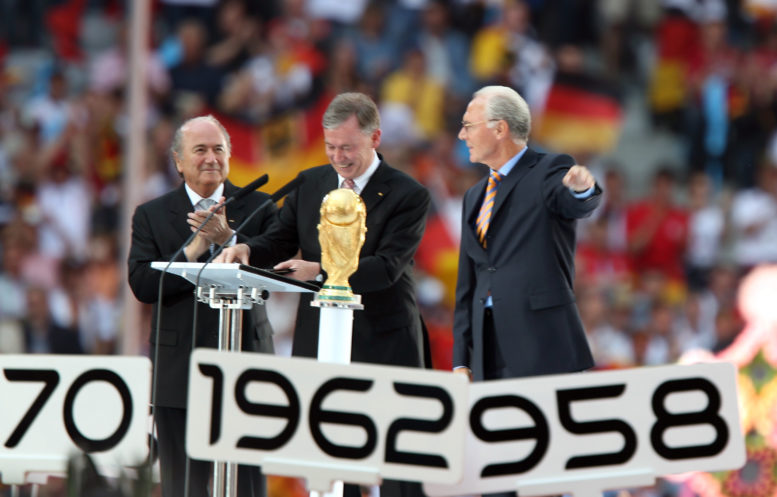 FIFA Präsident Joseph S. Blatter (L), 2006 FIFA World Cup Organising Committee Präsident Franz Beckenbauer (R) und der deutsche Bundespräsident Horst Kohler (C) eröffnen in München am 09.Juni 2006 das Sommermärchen AFP PHOTO / YURI CORTEZ