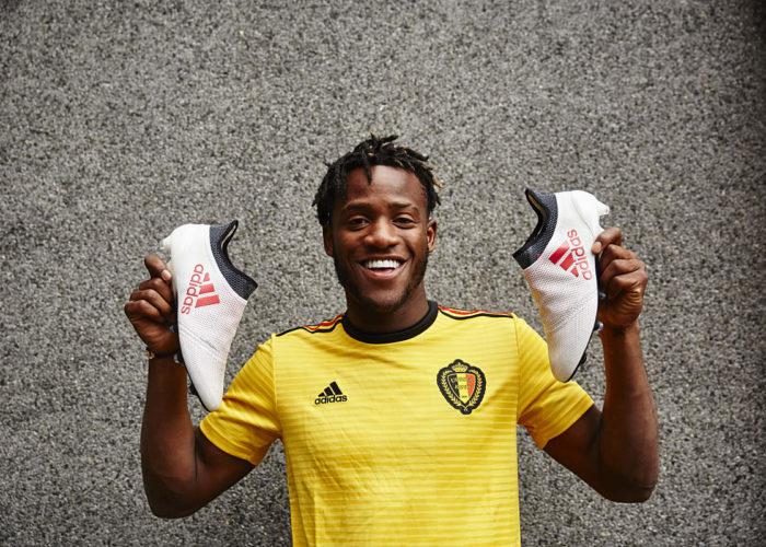Michy Batshuayi mit seinen neuen Adidas Schuhen und dem neuen Belgien Auswärtstrikot. Photo: Adidas.