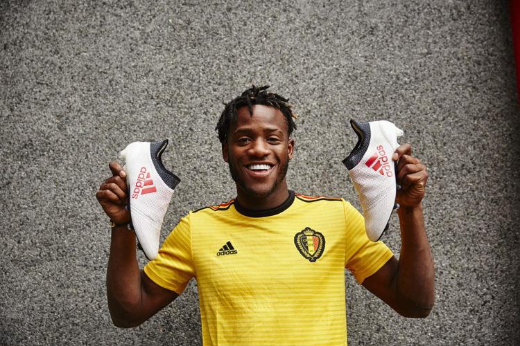 Michy Batshuayi mit seinen neuen Adidas Schuhen und dem neuen Belgien Auswärtstrikot - nun die Nummer 3 der Welt! Photo: Adidas.