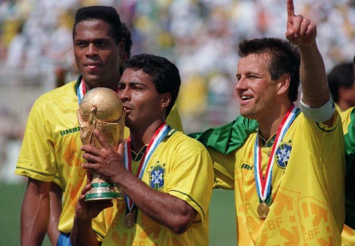 Der Brasilianische Stürmer Romario küsst die FIFA World Cup trophy, an der Seite Ronaldao (L) und Kapitän Dunga, am 17. Juli 1994 im Rose Bowl in Pasadena. AFP PHOTO/DANIEL GARCIA / AFP PHOTO / DANIEL GARCIA