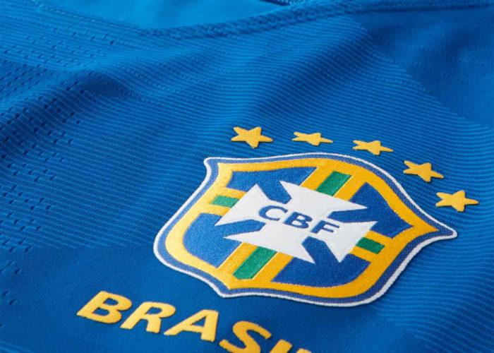 Das 5 Sterne Logo des brasilianischen CBF auf dem neuen 2018 Auswärtstrikot. Photo: Footyheadlines.
