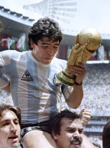 Argentiniens Superstar Diego Maradona hält den WM Pokal 1986 nachdem man den FIFA World Cup am 29.Juni 1986 in Mexico City gewinnt (Foto AFP).