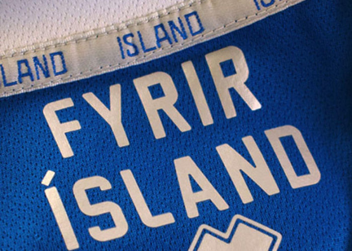 """""""Fyrir Island"""" – Für Island: Das Motto der WM 2018 Islands ist im Kragen der Trikots zu finden. Photo: Errea."""