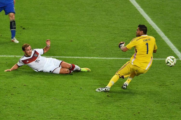 Mario Götze macht durch das Tor zum 1:0 im WM-Finale Deutschland zum Weltmeister! Torwart Sergio Romero ist geschlagen! Im Maracana Stadium in Rio de Janeiro wird Deutschland am 13. Juli 2014 zum vierten Mal Fußball Weltmeister! (Foto AFP)
