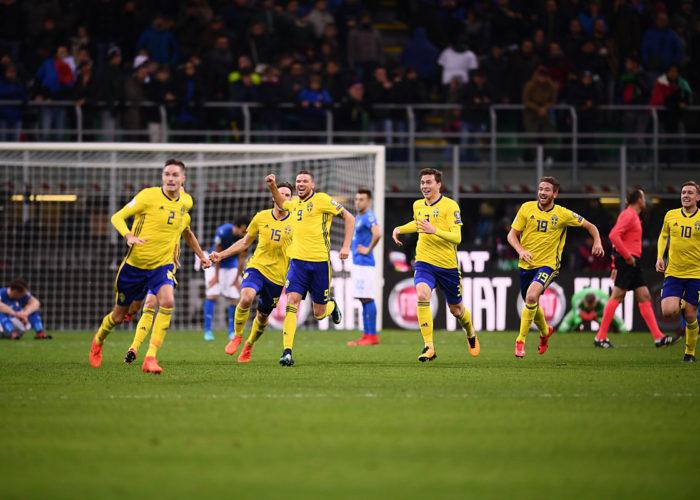 Schwedens neues Heimtrikot beim Sieg über Italien.  / AFP PHOTO / Marco BERTORELLO