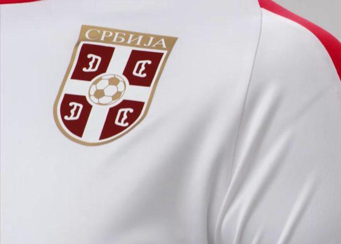 Das Wappen auf Serbiens neuem WM 2018 Trikot im Detail. Photo: Puma.