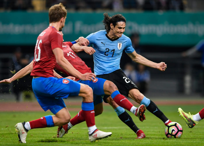 Edinson Cavani (R) im neuen Uruguay WM 2018 Heimtrikot.  / AFP PHOTO /
