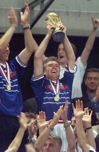 Der Franzose Didier Deschamps wird am 12. Juli 1998 im Stade de France in Saint-Denis nach einem 3:0 gegen Titelverteidiger Brasilien Weltmeister 1998. (ELECTRONIC IMAGE) AFP PHOTO PATRICK HERTZOG