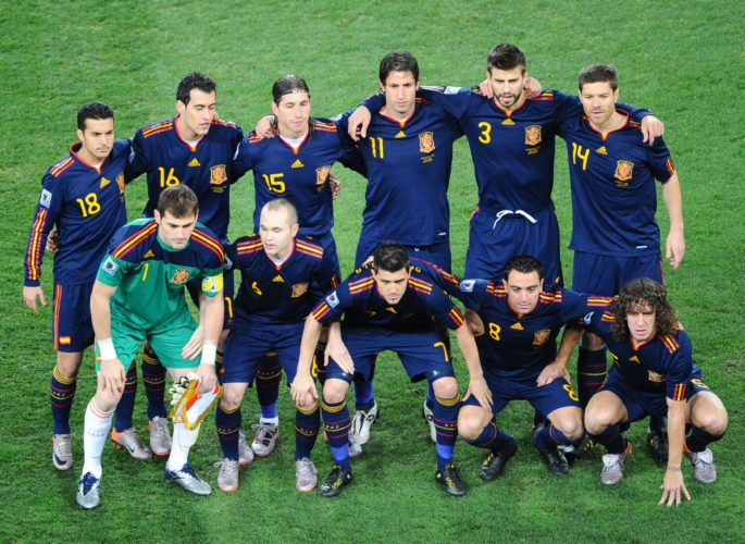 Spaniens Weltmeister Startaufstellung im Soccer City stadium in Soweto bei Johannesburg am 11.Juli 2010. (Stehend L-R) Pedro, Sergio Busquets, Sergio Ramos, Joan Capdevila und Gerard Pique und Xabi Alonso. (vorne row L-R) Iker Casillas, Andres Iniesta, David Villa, Xavi und Carles Puyol. AFP PHOTO / CHRISTOPHE SIMON