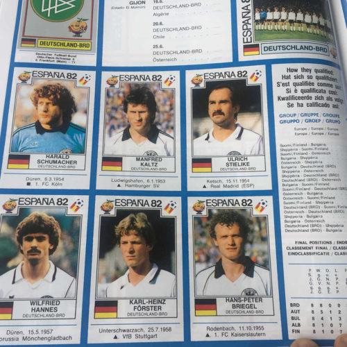 ein Blick ins Panini Heft und die deutschen Nationalspieler 1982.