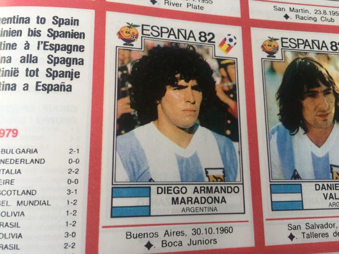Die Fußball WM 1982 - die erste Bühne für den Argentinier Diego Armando Maradonna! Hier im Panini-Heft von 1982 zu sehen.
