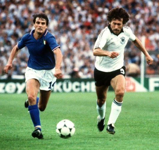 Italiens Stürmer Marco Tardelli (L) und Paul Breitner am 11.Juli 1982 in Madrid im WM-Finale. Italien gewinnt mit 3:1 und wird Fußball-Weltmeister. AFP PHOTO