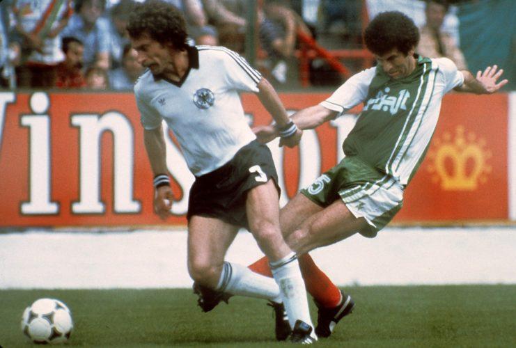 Paul Breitner gegen den Algerier Mustapha Dahleb am 16. Juni 1982 in Gijon. Algerien gewinnt mit 2:1 . AFP PHOTO / AFP PHOTO / STAFF