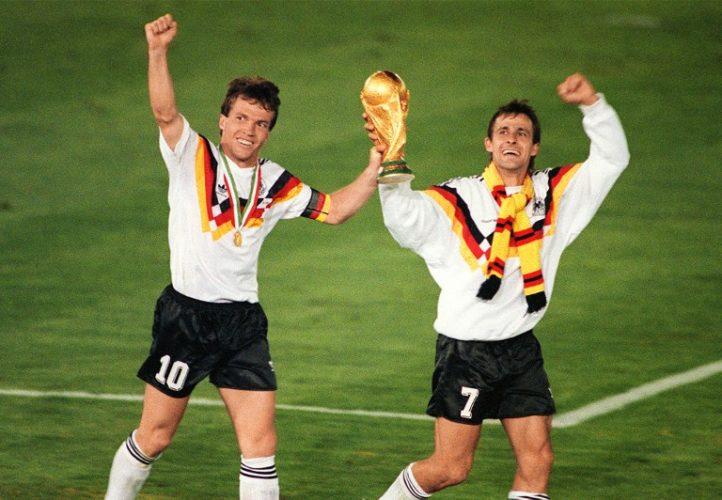Lothar Matthaeus (Links) und Pierre Littbarski feiern den Gewinn der World Cup trophy, im Fale gewinnt Deutschland gegen Argentinien mit 1:0 durch einen Elfmeter von Andreas Brehme am 08. Juli 1990 in Rome. AFP PHOTO