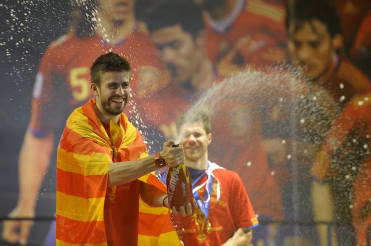 Spaniens Gerard Pique feiert in Madrid am 12. Juli 2010, einen Tag nach dem Finale gegen die Niederlande den Gewinn der Fußball-Weltmeisterschaft. AFP PHOTO / MIGUEL RIOPA