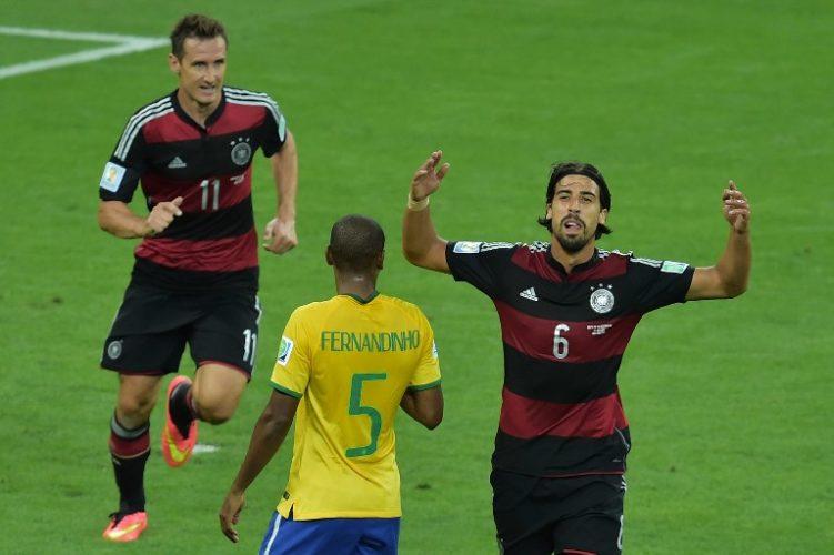 Sami Khedira feiert mit Miroslav Klose im Mineirao Stadium in Belo Horizonte am 8.July 2014 den Gewinn des WM-Halbfinales: 7:1 gegen den Gastgeber. AFP PHOTO / GABRIEL BOUYS