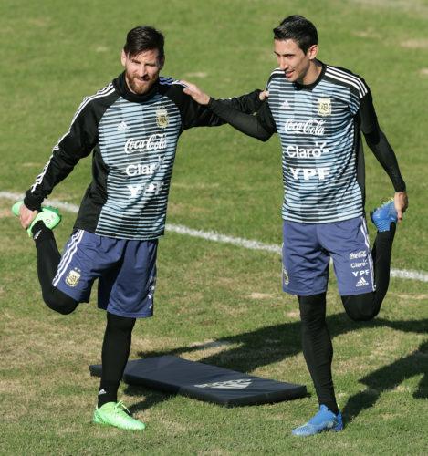 Lionel Messi und Angel Di Maria im Trainingslager im Pre Match Shirt am 27.Mai 2018 / AFP PHOTO / Alejandro PAGNI
